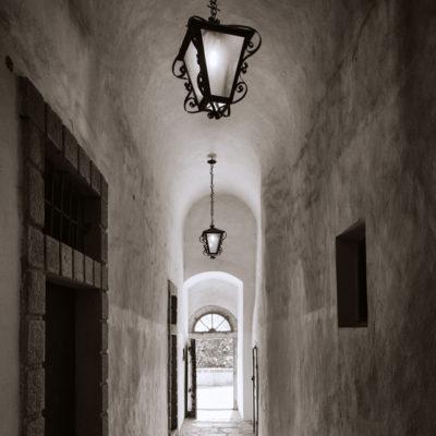 Korytarz z lampami