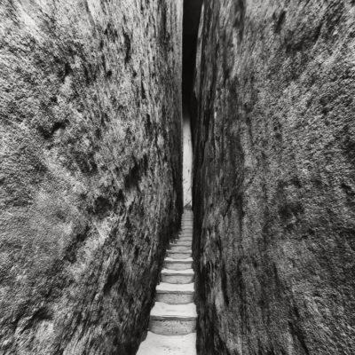 Wąskie schody w Skalnym Mieście Adršpach