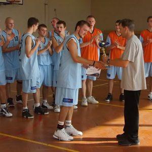 Puchar za zwycięstwo w turnieju Gliwickiego Towarzystwa Koszykówki