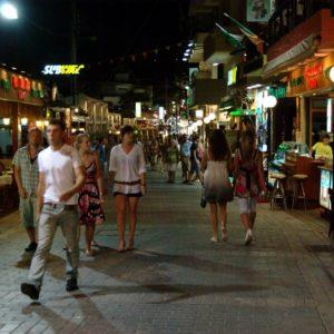 Promenada w Hersonissos nocą