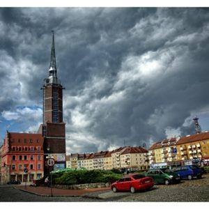Nyski rynek z wieżą ratuszową i chmurami w tle
