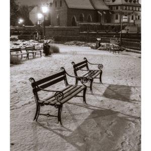 Dwie ławki zimową porą