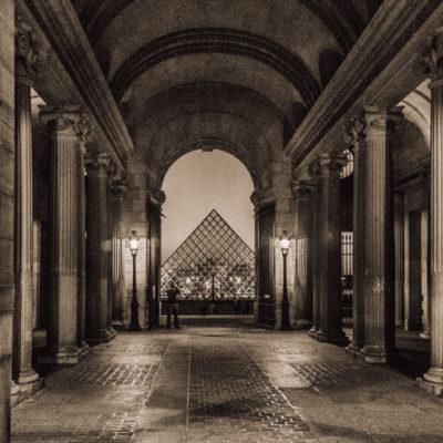 Piramida Luwrzańska wieczorową porą