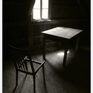 Stół z powyłamywanymi