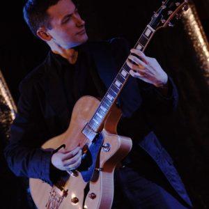 Read more about the article Gentle Jazz Trio (1) – Maciej Flaczyński